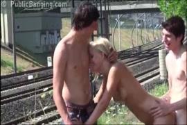 Hotwife سخيف في الأماكن العامة مع صديق زوجها الجديد.