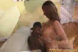 زوج أفلام زوجته ممارسة الجنس الخشن مع مسمار الديك الأسود الكبير.