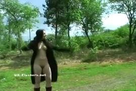 امرأة سمراء فاتنة مارس الجنس من الصعب في الأماكن العامة على الشاطئ العام.