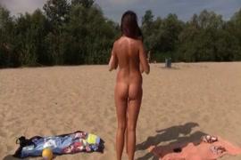 فاتنة قرنية يحصل عارية على الشاطئ العام.