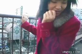 الفتاة اليابانية قرنية لدرجة أنها لا تمتص ديك صديقها فقط.