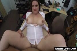 فاتنة امرأة سمراء الساخنة استغل من قبل الديك ويحصل على creampie.