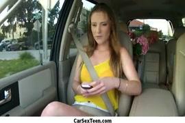 زوجان هواة التشيك يفعلون ذلك في السيارة.