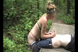ذكر منفرد مع حمولة ضخمة في الغابة.