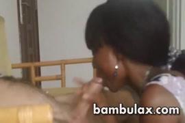 كبير الثدي في سن المراهقة يعطي اللسان ويحصل نائب الرئيس في الفم.