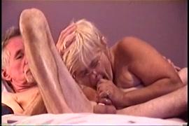 اللعب مع ديكي ضخمة و wanking على السرير.